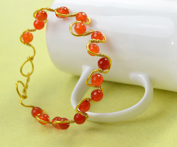The final look of the beautiful red agate wire wrapped bracelet