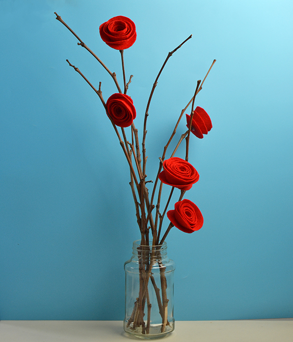 final look of the easy DIY red felt rose home decoration