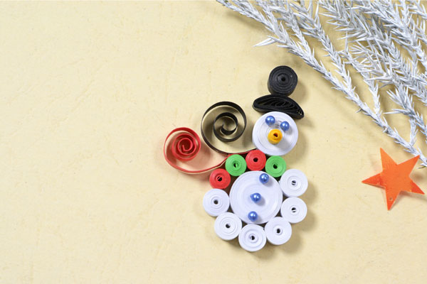 Quilling snowman craft with the basic tight coil: