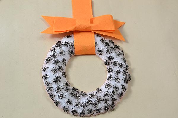 final look of the Halloween spider wreath