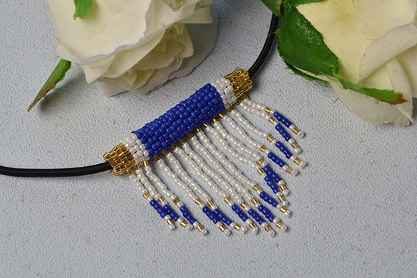 final look of the white and blue seed bead stitch pendant necklace
