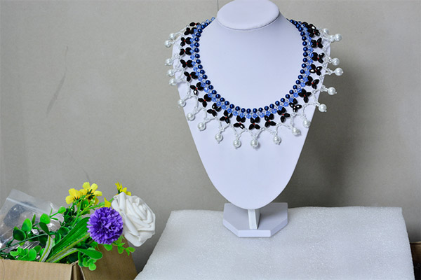 final look of the blue and black collar necklace