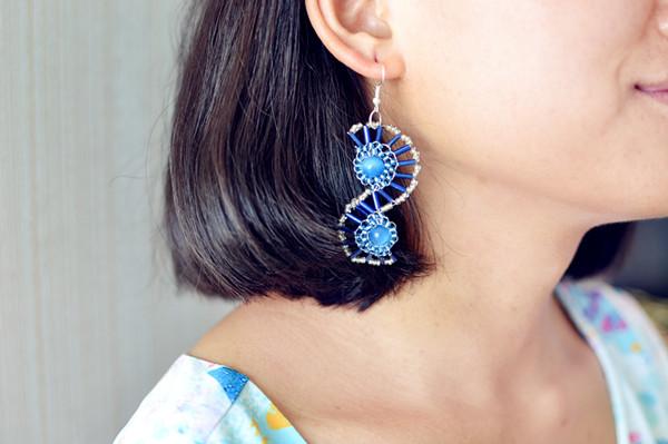 final look of the shine blue S-shaped earrings