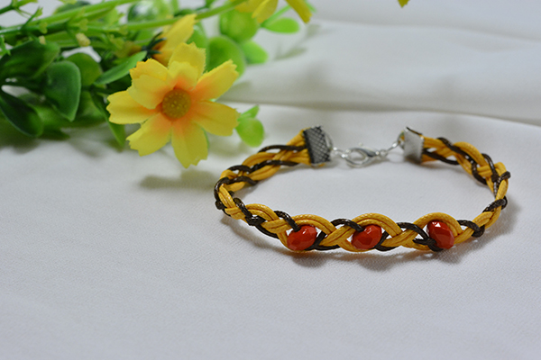 Here shows the final look of this waxed cord braided bracelet!