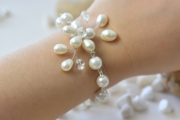 I'm so happy to show you the final look of my wire wrapped pearl flower bracelet!