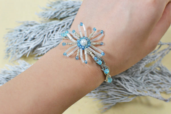 Aha! How beautiful this blue seed bead snowflake bangle bracelet is! It's worthy of the time I've spent!