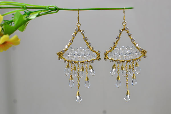 Here is the final look of my gold and crystal beaded drop earrings! Do you love them?