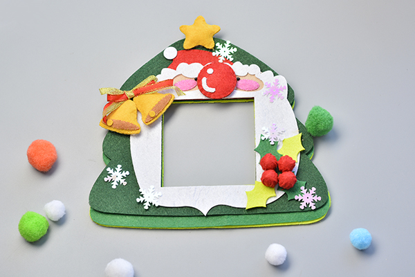 here is the final look of this easy felt Christmas hanging decoration: