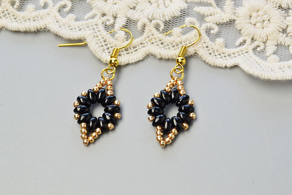This is the final look of this pair of easy beaded earrings.
