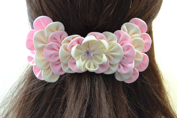 Here is the final look of the lovely ribbon petals hair clip: