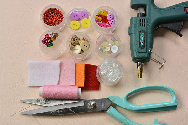 Supplies in making the cute colorful acrylic button ice cream craft for summer day:
